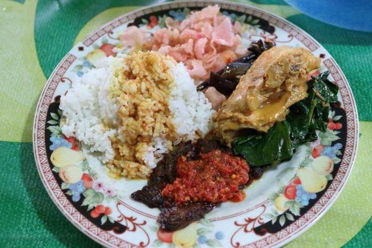 Seporsi nasi padang di Warung Nasi Ampera Silaing Glas, Padang Panjang, Sumatera Barat.