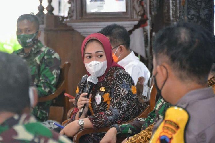 Bupati Purbalingga, Dyah Hayuning Pratiwi saat pers rilis jelang Pemberlakuan Pembatasan Kegiatan Masyarakat (PPKM) di Pendapa Dipakusuma, Jumat (8/1/2021).