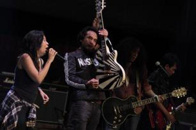 Oppie Andariesta (kiri), Piyu Padi (kedua kiri), John Paul Ivan (ketiga kiri) tampil dalam konser penggalangan dana Dari Gitaris untuk Indonesia di Bentara Budaya Jakarta, 12 Februari 2014. Konser yang menampilkan 47 orang gitaris Tanah Air ini mampu menghimpun dana amal sebesar Rp 1,7 miliar.