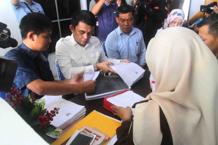 Penyidik Gakkumdu Polresta Palembang melimpahkan berkas kelima Komisioner KPU ke pihak Kejaksaan Negeri Palembang, terkait kasus dugaan tindak pidana pemilu, Rabu (19/6/2019).
