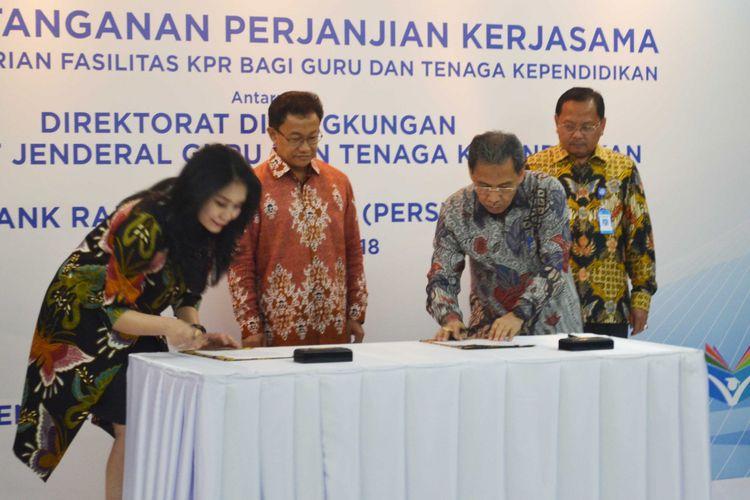Penandatanganan perjanjian kerjasama antara Kemendikbud dan BRI dalam pemberian fasilitas KPR bagi guru  dalam menyambut Hardiknas (27/4/2018)