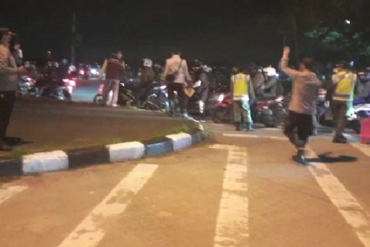 Tangkapan layar video petugas menghalau pemudik motor yang mencoba merangsek Pos Bundaran Kepuh, Jalan Lingkar Luar Karawang, Sabtu (8/5/2021) dini hari.