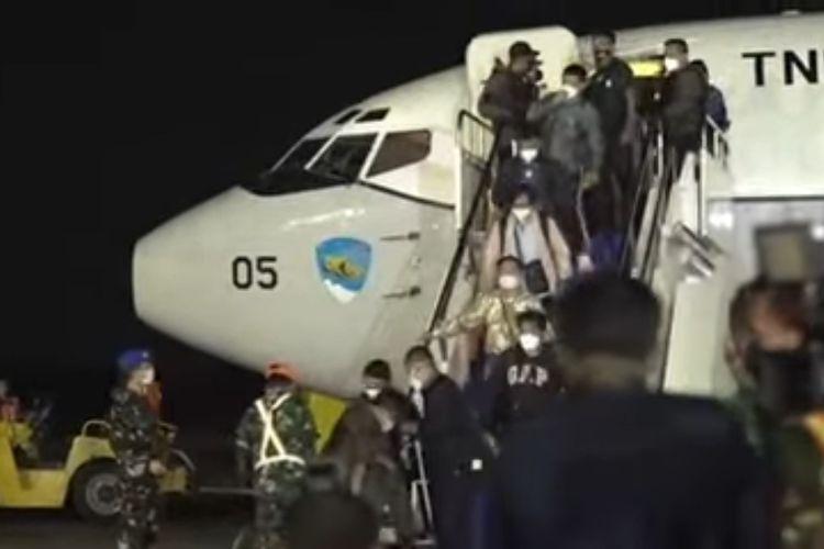 Warga negara Indonesia yang dievakuasi dari Afghanistan tiba di Bandara Halim Perdanakusuma, Sabtu (21/8/2021) dini hari.