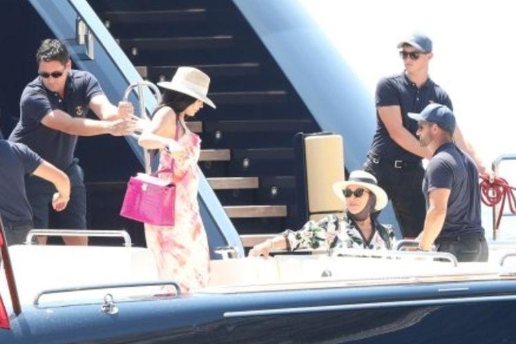 Kylie Jenner bersama ibunya Kris Jenner bersiap menaiki kapal pesiar Tranquility yang disewanya untuk merayakan ulang tahun.