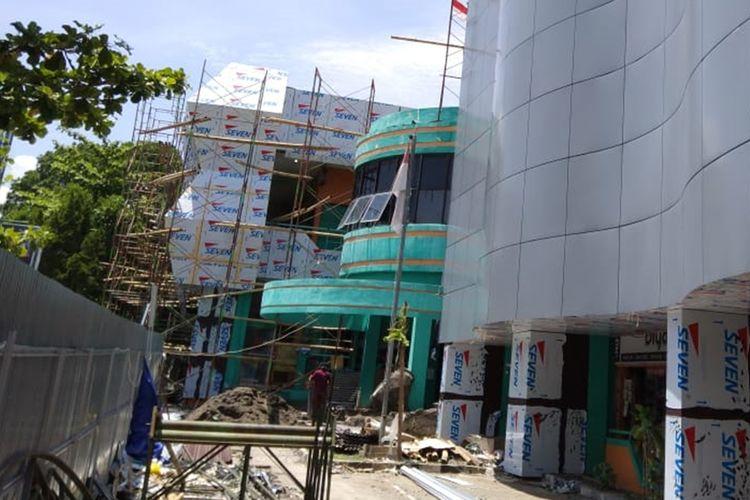 Atap rapuh seorang pekerja renovasi Pasar Baru Magetan terjatuh dari ketinggian 4 meter lebih. Sempat mendapat perawatan pekerja atas nama Jumlai akhirnya diperbolehkanpulang karena hanya luka ringan pada kali.