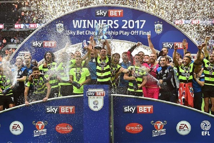 Huddersfield Town merayakan keberhasilan meraih tiket promosi ke Premier League setelah menang atas Reading pada laga play-off di Stadion Wembley, Senin (29/5/2017).