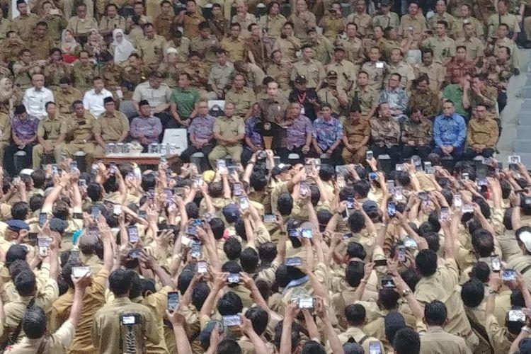 Presiden Joko Widodo menemui ribuan perangkat desa yang ingin mendemonya di depan Istana, di Istora Senayan, Jakarta, Senin (14/1/2019).