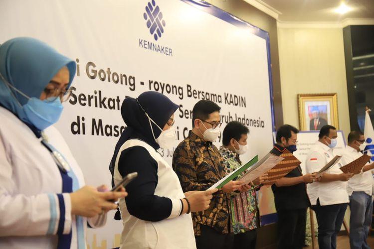 Menaker Ida Fauziyah saat membacakan Deklarasi Gotong Royong PPKM Darurat bersama Kamar Dagang dan Industri (Kadin) Indonesia, Asosiasi Pengusaha Indonesia (Apindo), dan Pimpinan Ketua Konfederasi Serikat Pekerja Seluruh Indonesia (KSPSI) di ruang Tridharma Kemenaker, Jakarta, Rabu (13/7/2021).
