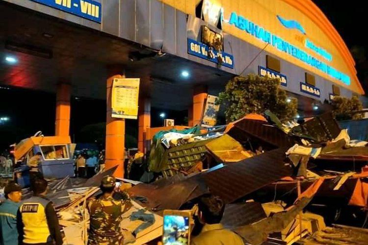 Kecelakaan maut di loket masuk (tollgate) Pelabuhan Bakauheni. Tiga orang tewas dalam kecelakaan yang terjadi pada Senin (7/12/2020) malam tersebut. (FOTO: Istimewa)