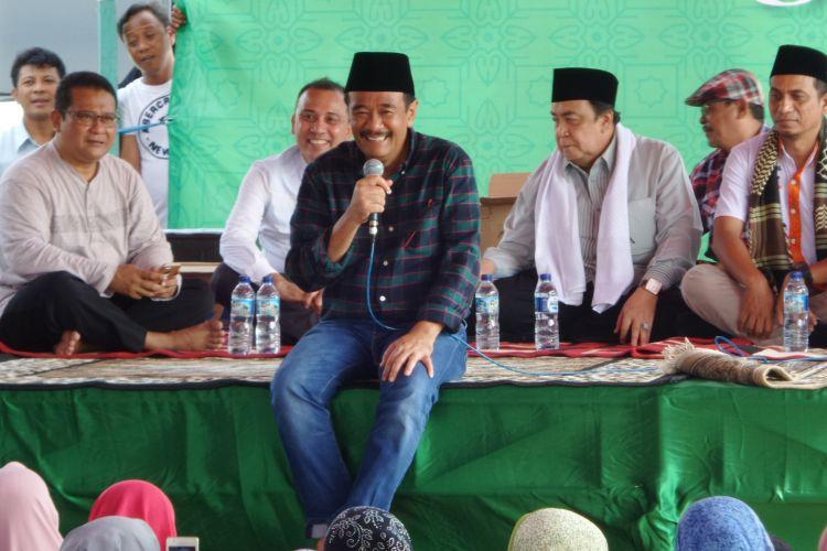 Calon wakil gubernur DKI Jakarta Djarot Saiful Hidayat menyapa warga dalam acara tabligh akbar di Rawa Buaya, Jakarta Barat, Minggu (2/4/2017).