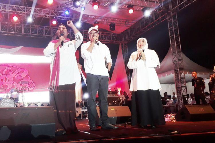 Gubernur Jawa Timur Khofifah Indar Parawansa dan Mantan Wagub Jatim Saifullah Yusuf di acara Konser Slank dan Ngaji Kebangsaan di Lapangan Kodam V Brawijaya, Surabaya, Minggu (7/4/2019) malam.
