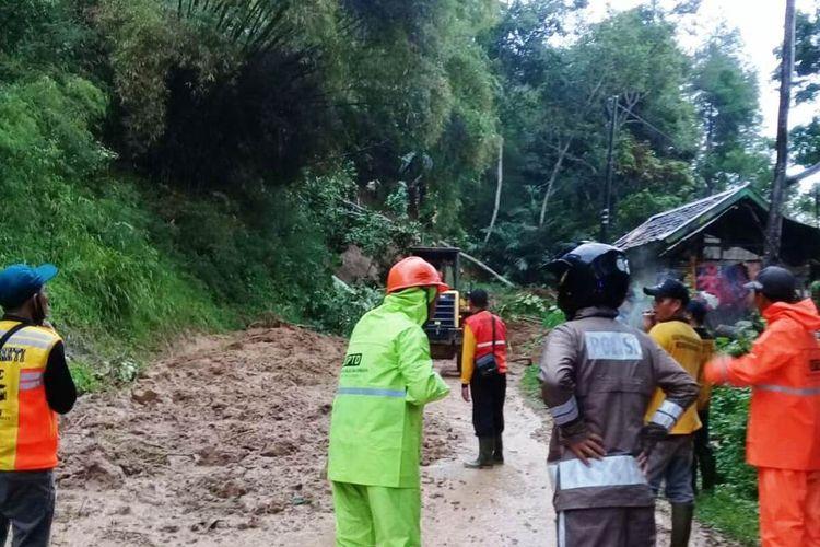 Jalan lintas selatan di Kabupaten Cianjur, Jawa Barat, tertutup tanah longsor, Jumat (20/11/2020). Dalam kejadian itu dua orang dilaporkan tewas.