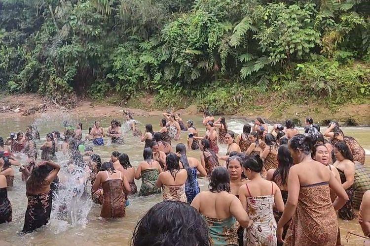 Ratusan Ibu-ibu di Kasepuhan Ciusul, Citorek Kidul, Kabupaten Lebak, Banten mengikuti tradisi Neres atau menyucikan diri dengan mandi di Sungai, Kamis (5/11/2020).