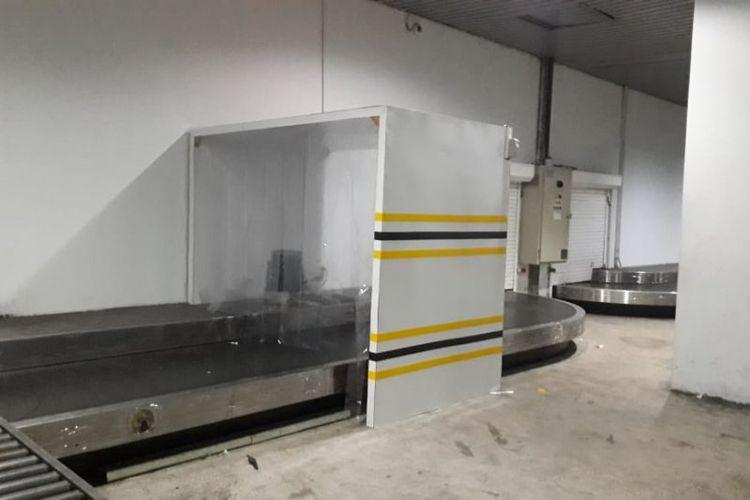 Penyemprotan disinfektan dengan mesin otomatis (disinfectant chambers) untuk bagasi tercatat, troli dan nampan x-ray di bandara-bandara Angkasa Pura II.