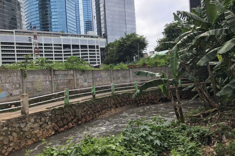 Kondisi aliran Kali Mampang di sekitar Jalan Poncol Jaya, Kuningan Barat, Mampang Prapatan, Jakarta, Senin (2/11/2020) pagi.