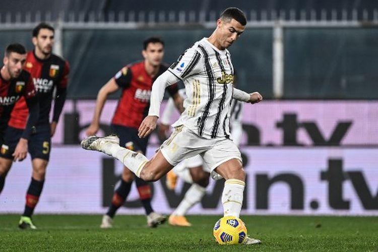 Cristiano Ronaldo saat mengeksekusi penalti pada laga pekan ke-11 Liga Italia yang mepertemukan Genoa vs Juventus, Senin (14/12/2020) dini hari WIB.