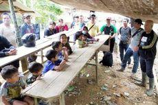 Tak Ada Sekolah, Anak-anak Dusun Terpencil Belajar di Bawah Terpal yang Diikat ke Pohon