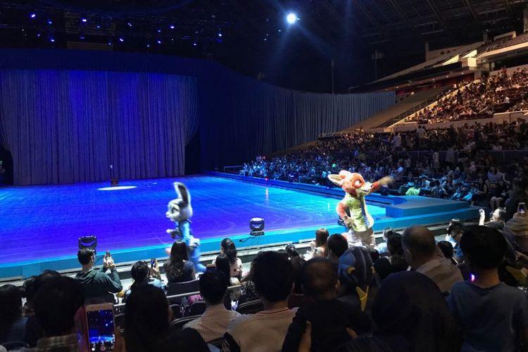 Dua tokoh dari Zootopia, yakni Judy Hopps dan Nick Wilde muncul di antara penonton Disney on Ice bertema Celebrate Everyones Story yang digelar di Singapore Indoor Stadium, Singapura, Rabu (14/3/2018).