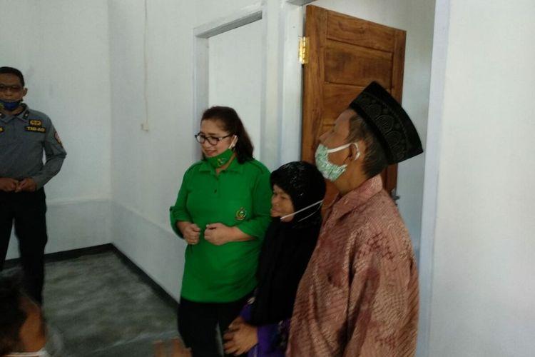 PasanganSajimin (57) dan Poniyem (53) warga Pedukuhan Ngembes RT 04 RW 01, Kalurahan Pengkok, Patuk, Gunungkidul, Yogyakarta