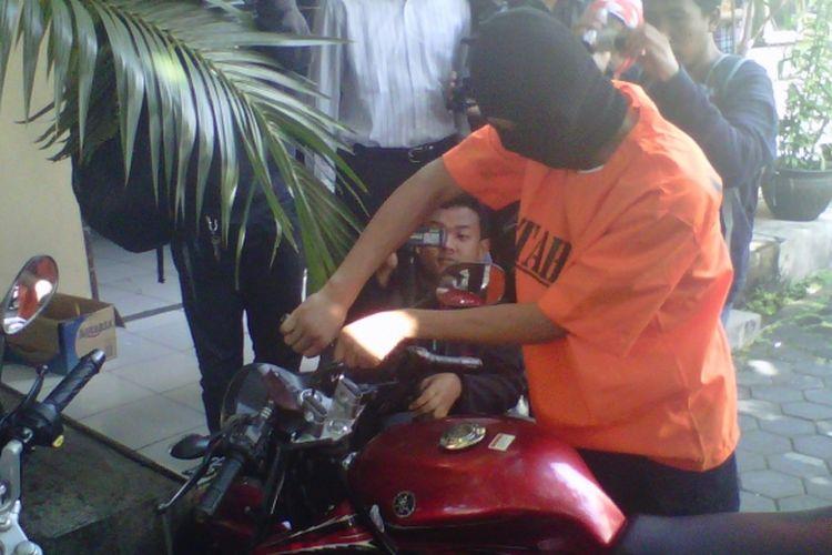 Salah satu pelaku curanmor saat memperagakan cara membobol kunci motor dengan leter Y