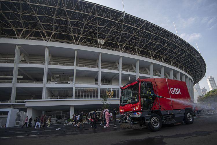 Petugas menyemprotkan cairan disinfektan di kawasan ring road Stadion Utama Gelora Bung Karno (SUGBK) di Senayan, Jakarta, Minggu (21/6/2020). Selain membatasi akses menjadi dua pintu masuk dan satu pintu keluar, pengelola SUGBK juga melakukan pembatasan dengan membagi ke dalam sejumlah sesi di akhir pekan dengan durasi setiap sesi selama satu jam dan jumlah maksimal 1.000 pengunjung di dalam area ring road untuk meminimalisir potensi penyebaran COVID-19.