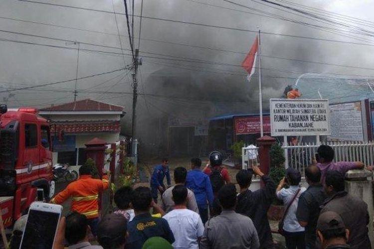 Personel pemadam kebakaran Kabupaten Karo, melakukan penyemprotan lokasi Rutan Kelas II B Kabanjahe yang terbakar, Rabu (12/2/2020).