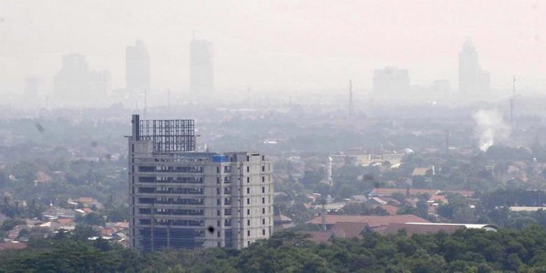 Tingginya tingkat polusi udara membuat pemandangan kawasan Jakarta Selatan terlihat samar seperti berselimut kabut tipis, Rabu (18/7/2012).