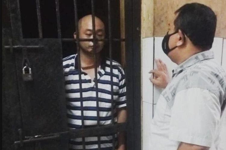 JT pelaku penganiayaan perawat CRS saat berada di dalam ruang sel tahanan Mapolrestabes Palembang.