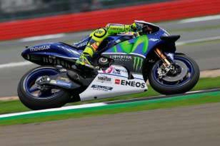 Pebalap Movistar Yamaha asal Italia, Valentino Rossi, memacu motornya pada sesi latihan bebas hari pertama GP Inggris di Sirkuit Silverstone, Jumat (2/9/2016).