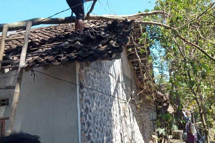 Salah satu rumah warga di Sleman yang tertimpa pohon tumbang akibat angin kencang. (Foto dokumentasi BPBD Sleman)
