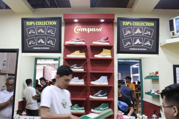 Acara Urban Sneaker Society (USS) 2019 kembali digelar di District 8 SCBD Jakarta mulai dari tanggal 8 - 10 November 2019, Jakarta, Jumat (08/11/2019). Sepatu buatan asli Indonesia yakni Compass mejadi primadona incaran banyak para pengunjung yang datang di acara tesrebut.