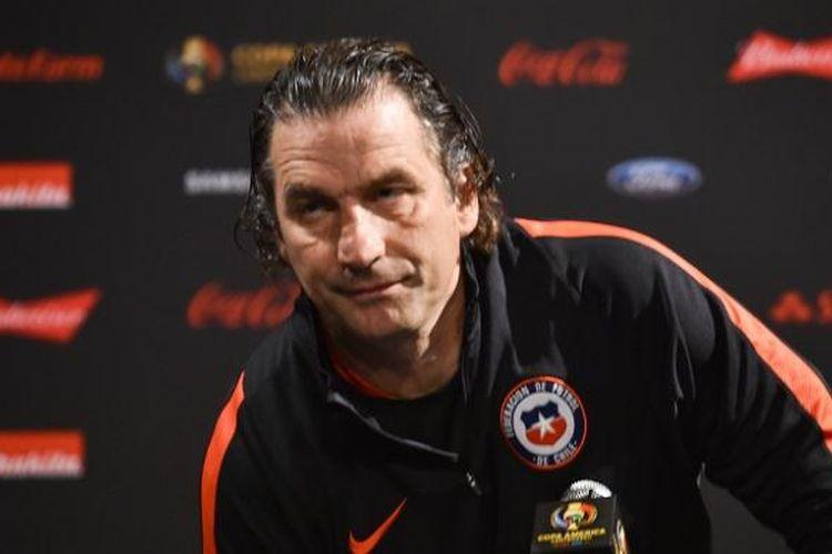 Pelatih Cile, Juan Antonio Pizzi, menghadiri sesi konferensi di East Rutherford, Amerika Serikat, pada Sabtu (25/6/2016) waktu setempat.