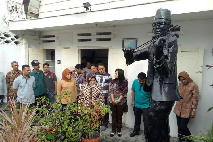 Risma meninjau rumah sejarah milik pahlawan WR Supratman di Jalan Mundu Surabaya.