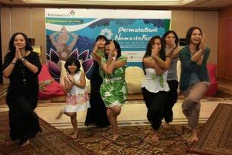 Cut Mini berpose yoga bersama teman-teman selebriti lainnya