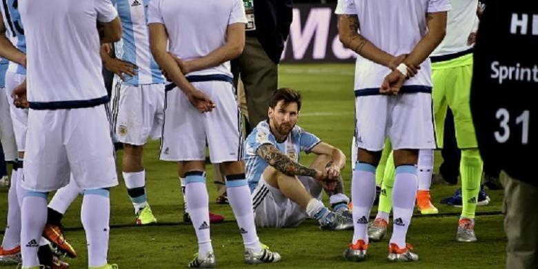 Lionel Messi tertegun seusai Argentina kalah dari Cile pada final Copa America Centenario, Minggu (26/6/2016).