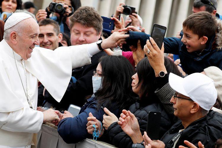 Paus Fransiskus saat memberi dukungan ke para penderita virus corona di Vatikan, Rabu (26/2/2020).