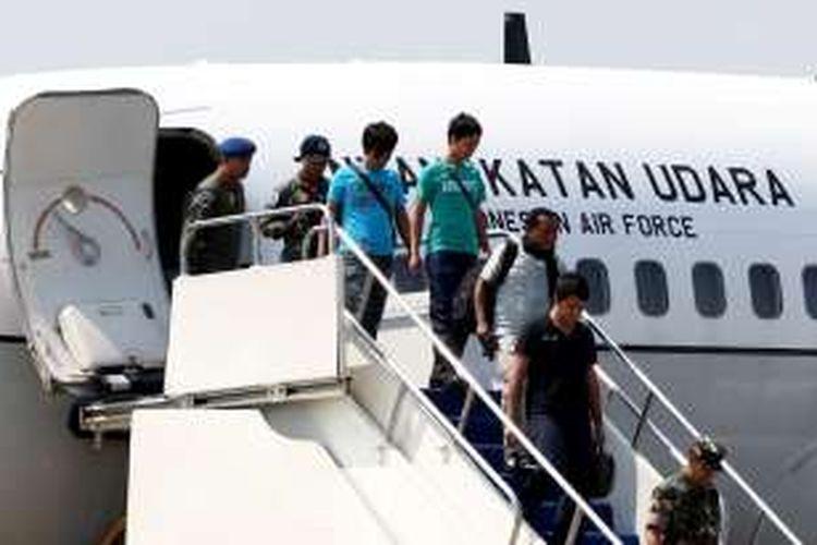 Empat anak buah kapal warga negara Indonesia tiba di Pangkalan Udara Halim Perdanakusuma, Jakarta Timur, Jumat (13/5/2016). Mereka sempat disandera kelompok Abu Sayyaf di Filipina.