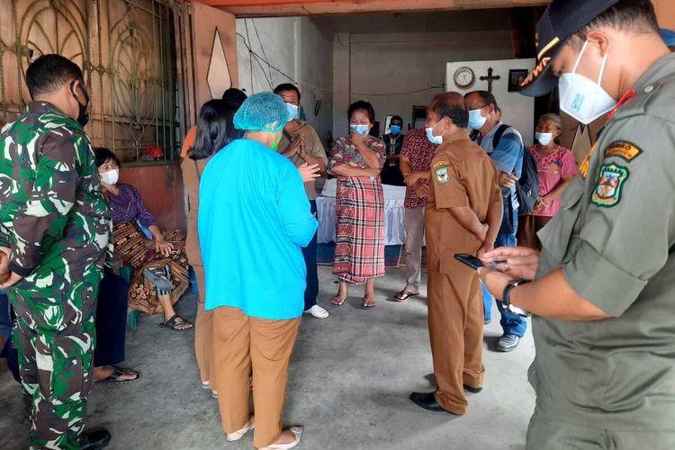 Tim Satgas Covid-19 Kota Pematangsiantar menjemput jenazah lansia yang telah disemayamkan di rumah duka di Jalan Patuan Nagari, Kota Pematangsiantar, Selasa (3/8/2021).