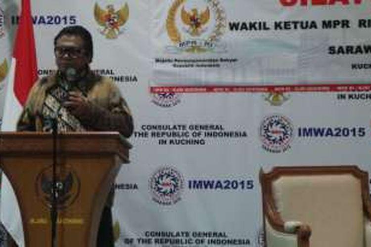 Wakil Ketua MPR Oesman Sapta Odang saat menghadiri silaturahmi MPR dengan masyarakat Indonesia di Sarawak, di KJRI Kuching, Malaysia, Selasa (5/4/2016) malam.