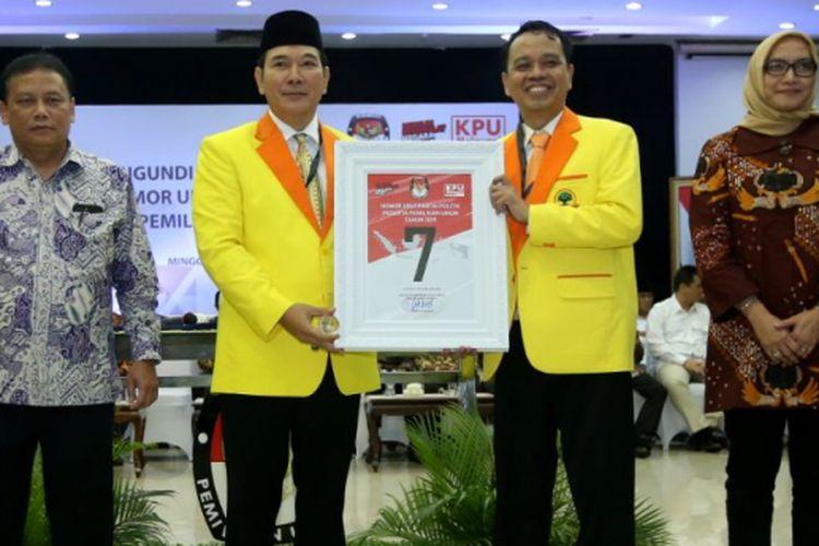 Ketua Dewan Pembina Partai Berkarya Tommy Soeharto (ketiga dari kiri) menunjukkan nomor urut 7 saat Pengambilan Nomor Urut Partai Politik untuk Pemilu 2019 di Gedung Komisi Pemilihan Umum (KPU), Minggu (18/2/2018). Empatbelas partai politik (parpol) nasional dan empat partai politik lokal Aceh lolos verifikasi faktual untuk mengikuti Pemilu 2019.