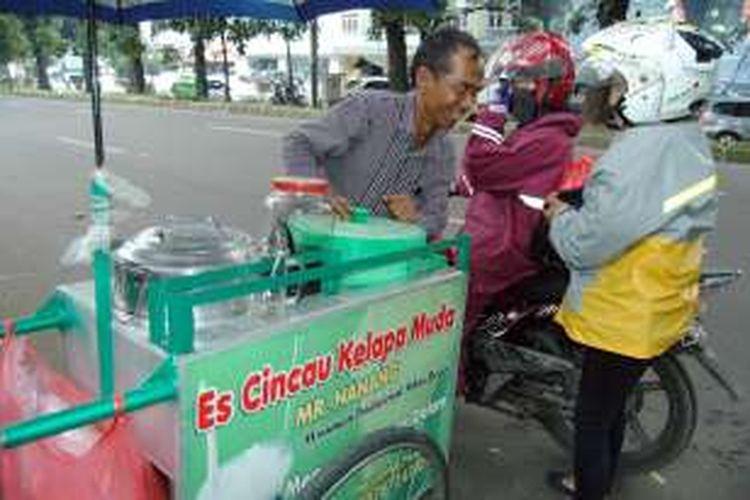 Nanang Sukandar, penjual es cincau kelapa muda yang menguasai empat bahasa asing.