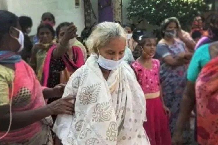 Muktyala Girijamma berbaju putih saat kembali ke rumahnya setelah keluarganya salah mendapatkan informasi bahwa ia meninggal. [Via The Sun]