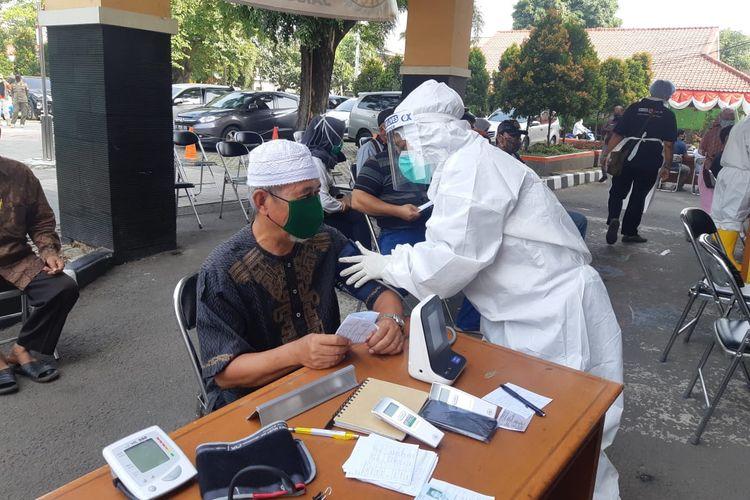 Pelaksanaan swab test massal bagi para pengurus tempat ibadah halaman kantor Kecamatan Cilincing, Jakarta Utara, Kamis (6/7/2020)