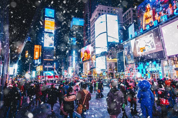 Hiruk-pikuk Times Square selepas malam pergantian tahun.
