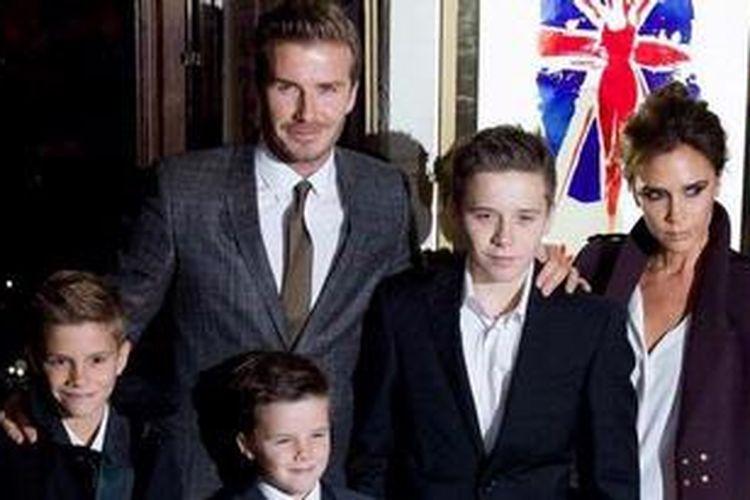 David dan Victoria Beckham berpose di karpet merah dengan tiga putra mereka, (dari kiri ke kanan) Romeo, Cruz, dan Brooklyn, ketika tiba pada premier musikal Viva Forever, yang menghadirkan lagu-lagu yang pernah dipopulerkan oleh girlband Spice Girls, di London, Inggris, 11 Desember 2012.