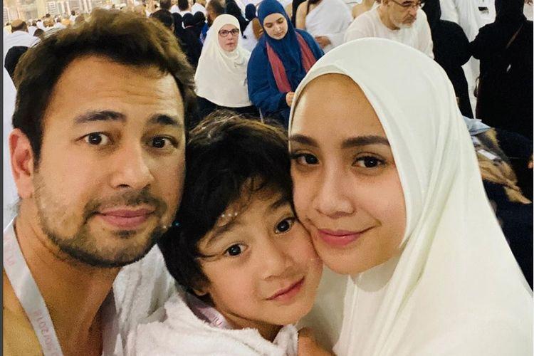Pasangan Raffi Ahmad dan Nagita Slavina menunaikan ibadah umrah bersama putra mereka, Rafathar.
