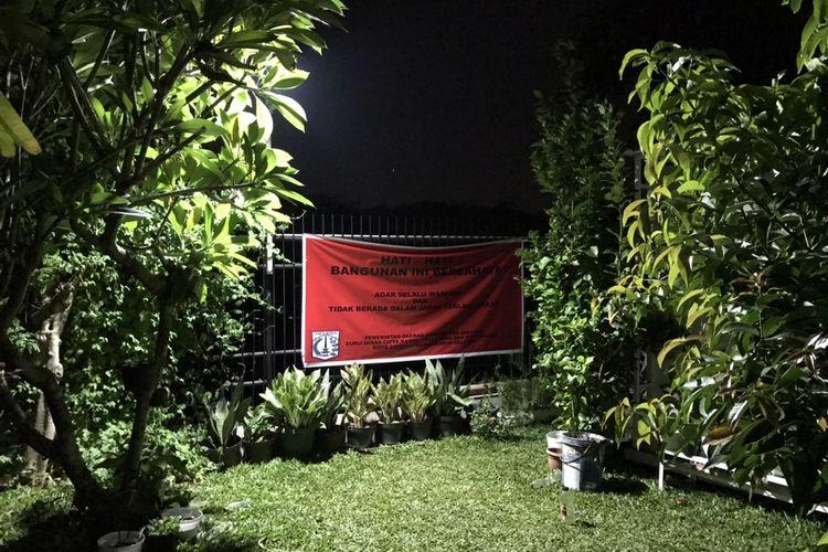 Suku Dinas Cipta Karya, Tata Ruang, dan Pertanahan (Sudin Citata) Kota Administrasi Jakarta Selatan memperingatkan pemilik sejumlah bangunan di perumahan Melati Residence, Ciganjur, Jagakarsa, Jakarta lantaran berada di wilayah berbahaya.