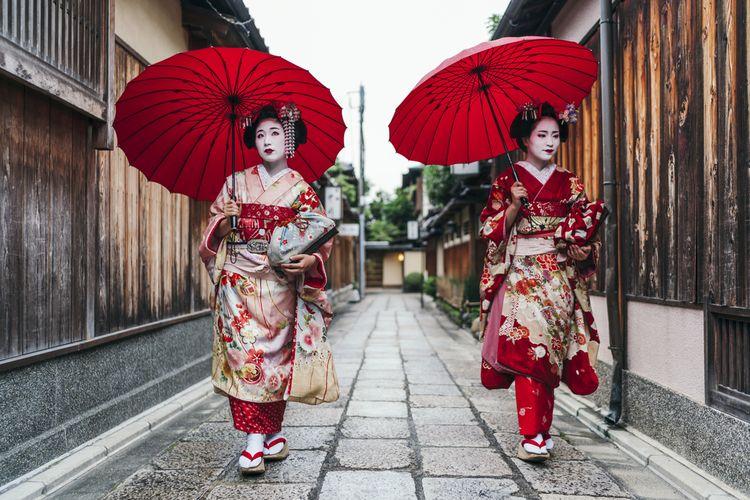 Terlihat maiko berjalan di Gion Kyoto, Jepang.