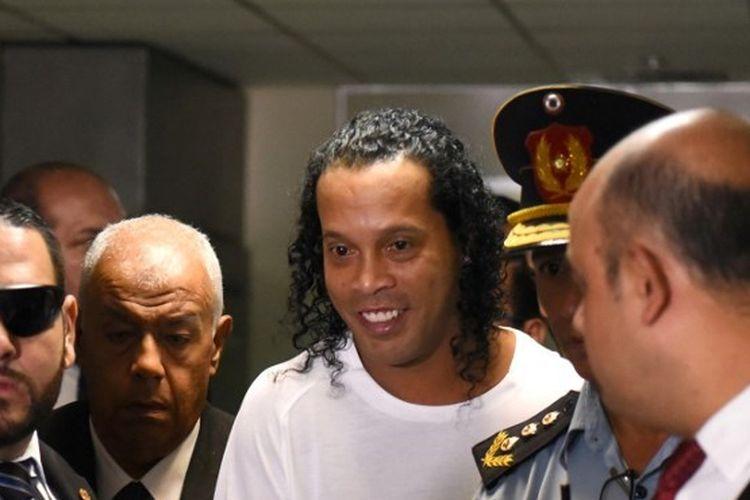 Ronaldinho saat tiba di Kejaksaan Asuncion untuk memberikan keterangan terkait penggunaan paspor palsu pada Jumat (6/3/2020).
