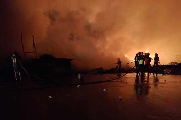 Kebakaran lapak palet dan rongsokan di Jalan Diponegoro, Kabupaten Bekasi, dekat perbatasan Kota Bekasi, belum padam sejak Rabu (10/3/2021) sore.